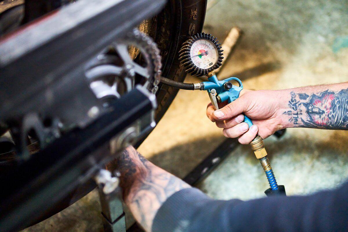Moto Králov kontrola tlaku v pneumatice